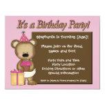 A festa de aniversário da menina feita sob convite personalizados
