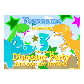 A festa de aniversário de giro de 3 dinossauros co