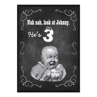 A festa de aniversário engraçada do quadro do bebé