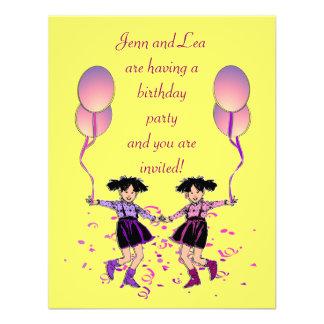 A festa de aniversário gêmea da menina convida convite