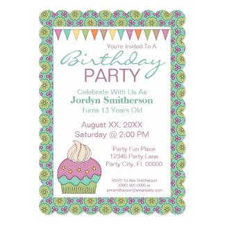 A festa de aniversário roxa da cerceta do cupcake convite 12.7 x 17.78cm