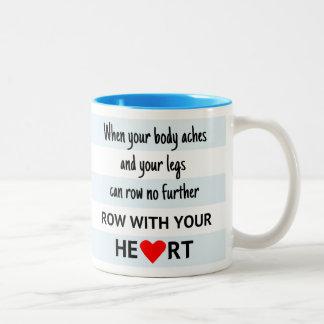 A fileira com seu coração listra o grupo caneca de café em dois tons