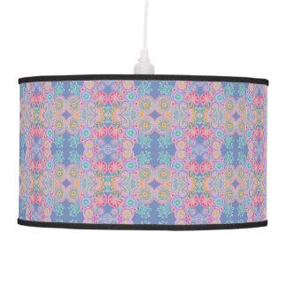 a flor azul cor-de-rosa circunda a lâmpada