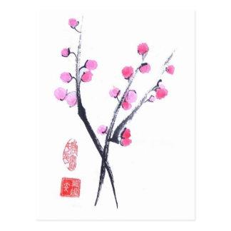 A flor da ameixa sopra no cartão branco