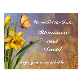 A flor e o botão do Daffodil salvar a data Cartoes Postais