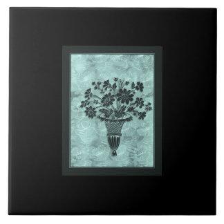 A flor mostra em silhueta o azulejo 6x6 ciano por