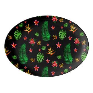 A flor tropical na moda das mulheres sae da travessa de porcelana