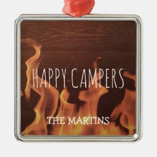 A fogueira de acampamento dos campistas felizes ornamento de metal
