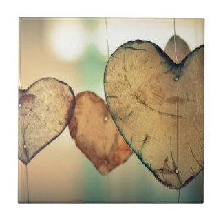 A forma de madeira rústica do coração arredonda o