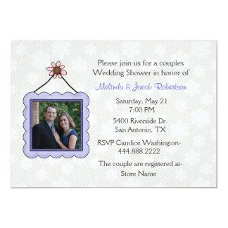 A foto acopla o convite do chá de casamento