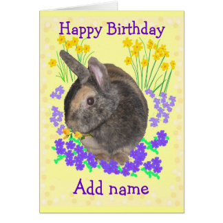 A foto bonito e as flores do coelho adicionam a cartão comemorativo