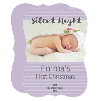 A foto personalizada primeiro Natal do bebê, roxa Convite 12.7 X 17.78cm