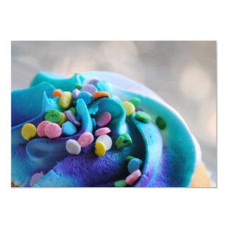 A fotografia colorida do cupcake convida convite