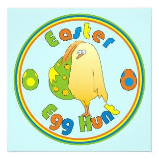 A galinha da caça do ovo da páscoa com o ovo color