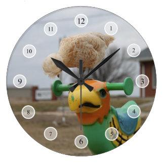 A galinha encontra um pulso de disparo do amigo relógio de parede