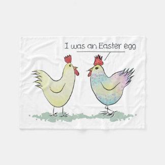 A galinha engraçada era um ovo da páscoa cobertor de velo