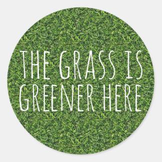 A grama é mais verde aqui adesivo redondo