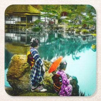 A gueixa dois aprecia um dia no vintage Japão do Porta-copo De Papel Quadrado