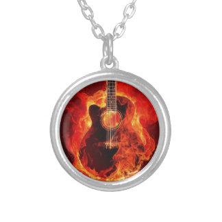 A guitarra ardente, laranja arde o grupo de rock colar banhado a prata