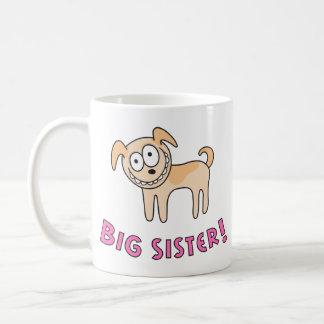 A irmã mais velha caçoa a caneca com o cão bonito