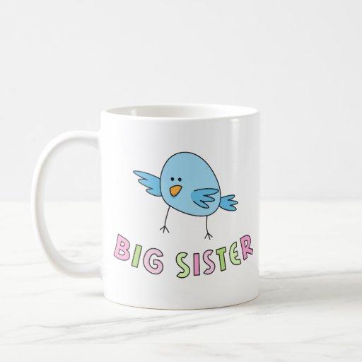 A irmã mais velha caçoa a caneca, pássaro bonito e