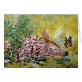 A jovem corça e o cartão vazio da borboleta