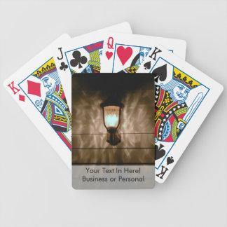 a lâmpada com anjo voa a reflexão na parede baralho para poker