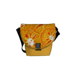 A laranja corta a mini bolsa mensageiro