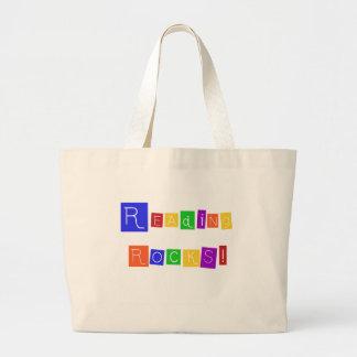 A leitura balança o camiseta e os presentes bolsas de lona