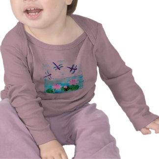 A libélula Lilly floresce a lagoa Camiseta