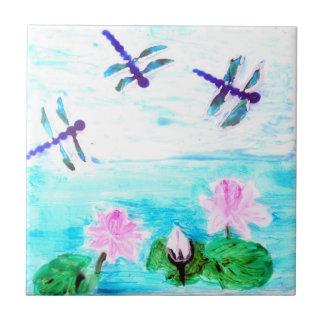 A libélula, lírio floresce a pintura da lagoa