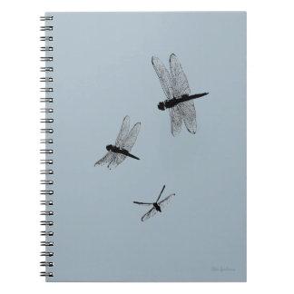 A libélula mostra em silhueta o caderno espiral 2