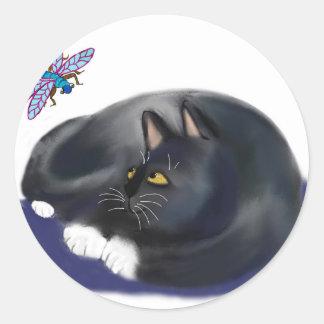 A libélula zumbe um gato de descanso adesivo