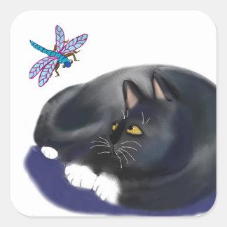 A libélula zumbe um gato de descanso adesivo quadrado