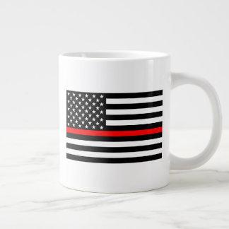 A linha vermelha fina bandeira preto e branco dos caneca de café gigante
