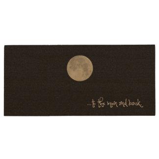 À lua e à parte traseira pen drive de madeira