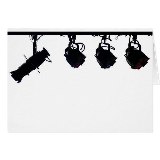 A luz preta do palco mostra em silhueta a câmara d cartões