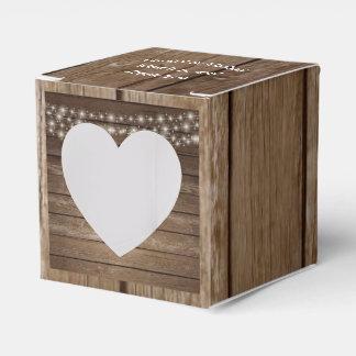 A madeira do país ilumina a caixa do favor do