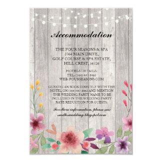 A madeira floral da acomodação ilumina cartões de