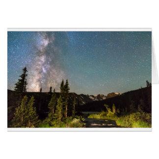 A mágica da Via Láctea Longs lago e os picos do Cartão Comemorativo
