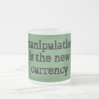 A manipulação é a moeda nova caneca de vidro fosco