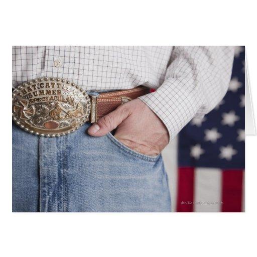 A mão do homem no bolso de seus jeans cartões