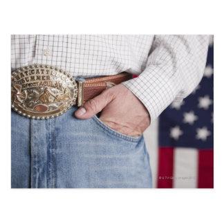 A mão do homem no bolso de seus jeans cartão postal