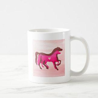 A mão projetou a caneca cor-de-rosa do cavalo
