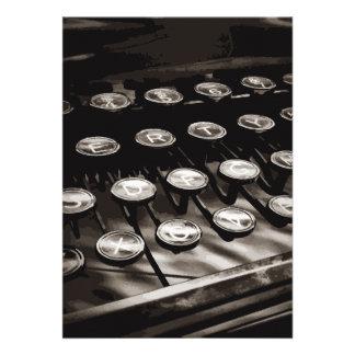 A máquina de escrever antiga velha fecha o branco