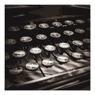 A máquina de escrever antiga velha fecha o branco convite