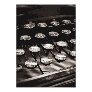A máquina de escrever antiga velha fecha o branco convite 12.7 x 17.78cm