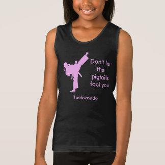 A menina de Taekwondo não deixa as tranças Regata