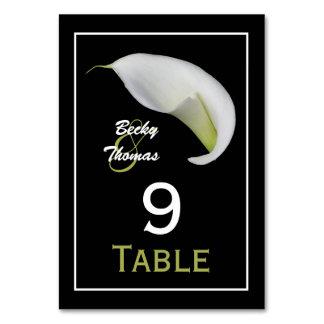 A mesa do casamento do lírio de Calla numera cartõ