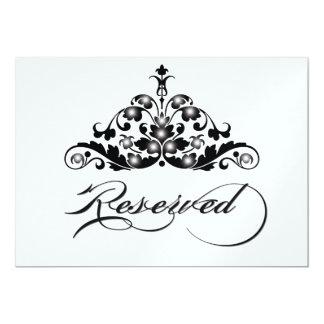 A mesa reservado assina dentro o revestimento convite
